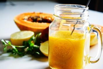 papaya-smoothie-frullato-pear-parsil-lemon-